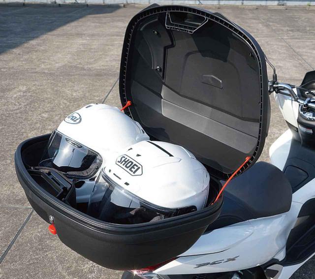 画像: 容量48Lの方は、ヘルメットがものにより2個収納できます。