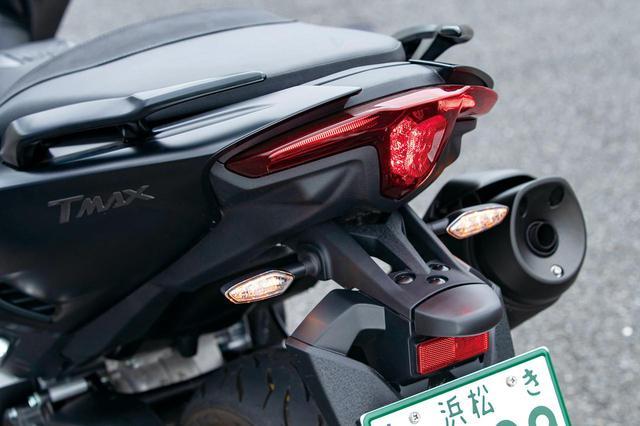 画像: LEDテールランプは、中央のブレーキランプと左右のポジションランプで「T」をかたどる凝ったデザイン。ウインカーは別体式。