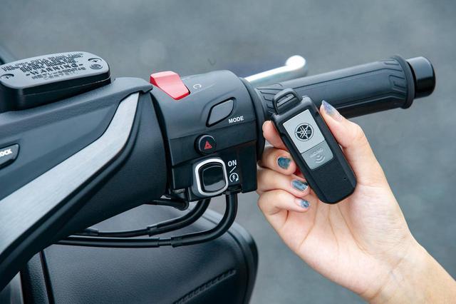 画像: 高級車らしくスマートキーを標準装備。始動の際はセルボタンをプッシュ、停車の際はイグニッションOFFボタンを押す仕組みだ。