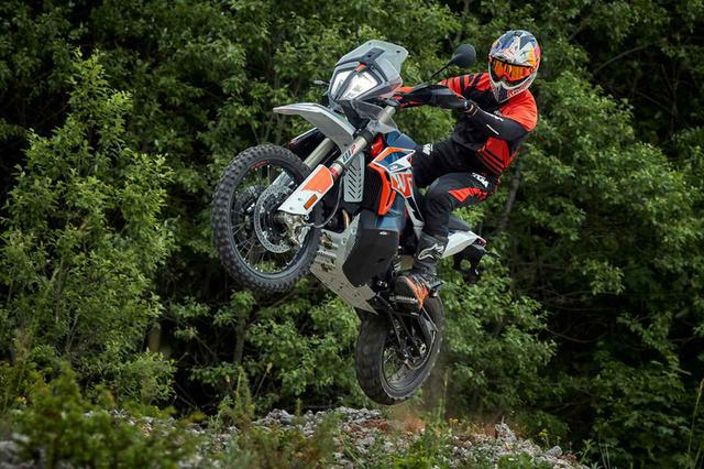 画像: 【新車】KTMのミドルアドベンチャーにファクトリーマシンなみの豪華装備を身にまとった「790 ADVENTURE R Rally」が登場! - webオートバイ