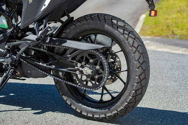 画像: デューク同様、裏組み風のスイングアームは補強部を前面に出したデザイン。タイヤはコンチネンタル製のブロックパターン。