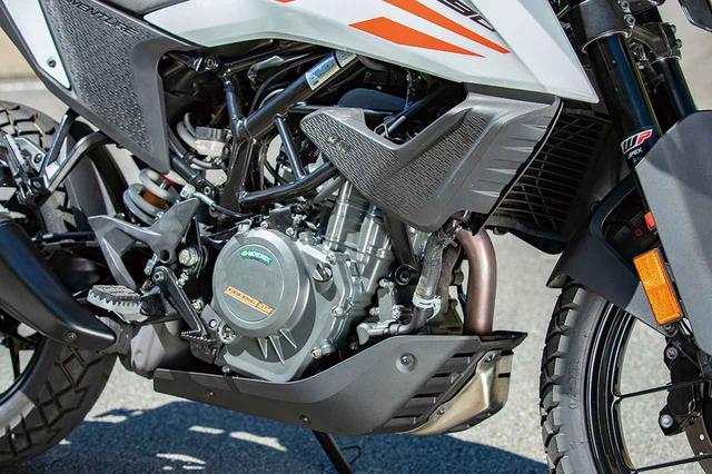 画像: 390デュークをベースとするDOHCシングルは44PSを発揮。試乗車はオプションの「クイックシフター+」(3万3660円)を装備。