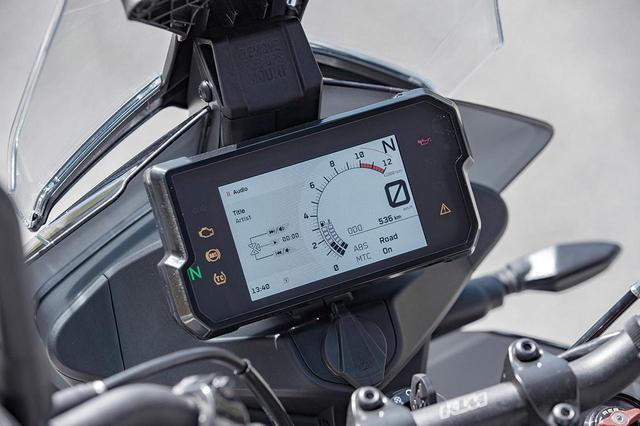 画像: カラーTFTモニターは表示機能も多彩。専用アプリを介したBluetooth接続を使ってスマートフォンとの連携も可能になっている。
