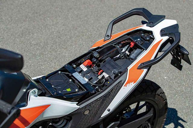 画像: シート下スペースは広めだが底は浅い。車載工具やETC車載器などは収納できるので実用性は十分確保されている。
