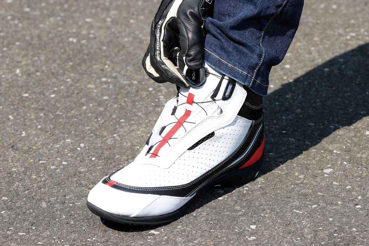 画像: ダイヤルを締め込むだけで均一かつ好みのフィット性が得られるBOAシステムを採用。履き脱ぎもスムーズだ。
