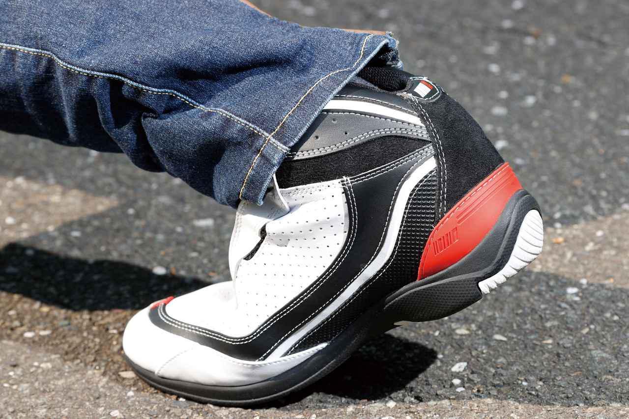 画像: アッパー/ソールとも革ブーツのような硬さはなく、適度な柔軟性を備えている。ツーリング先で歩くときも楽だ。
