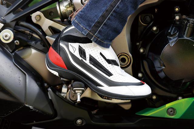 画像: ステップワークがスムーズに行えるソール形状で、スポーツライディングでも違和感なし。