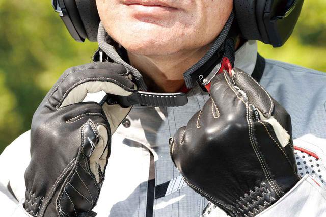 画像: あご紐はワンタッチバックル式。慣れれば1~2秒で着脱可能だし、ラチェット機構でフィット感も調整できる。