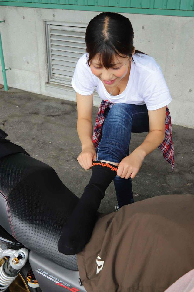 画像: ヘンリービギンズの「防水ツーリングソックス」を履いていれば、ツーリング時のブーツやシューズは自由に選べる! - webオートバイ