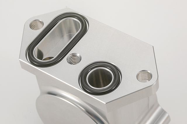 画像: 本体は2ピース構造で、すべてのパーツがリペア可能。本体合わせ面のオイル通路には高機能素材のバイトン製Oリングを使用して、シール安全性を確保する。