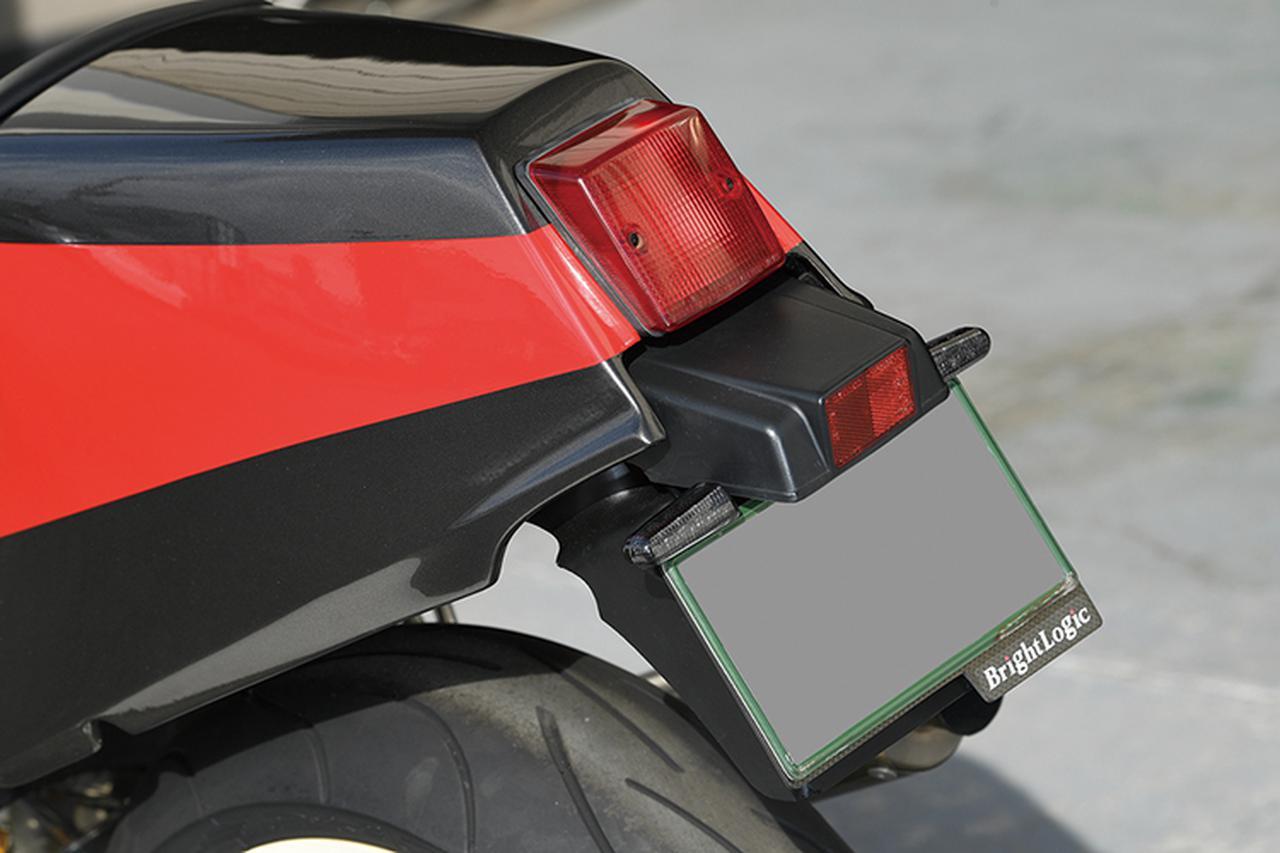 画像: シングルシートとFRP製テールカウルは'86年の限定車、GSX-R750Rの純正パーツ(標準装備品。国内仕様はこのカラーで販売していた)。リヤウインカーは小型のものがナンバーホルダー上側に付けられているが、このキットはブライトロジックで販売中。