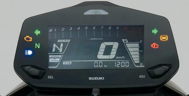 画像: 多機能デジタルメーターを採用。バーグラフ式タコメーター、ツイントリップ、ギアポジション、時計、燃料計、などを表示する。