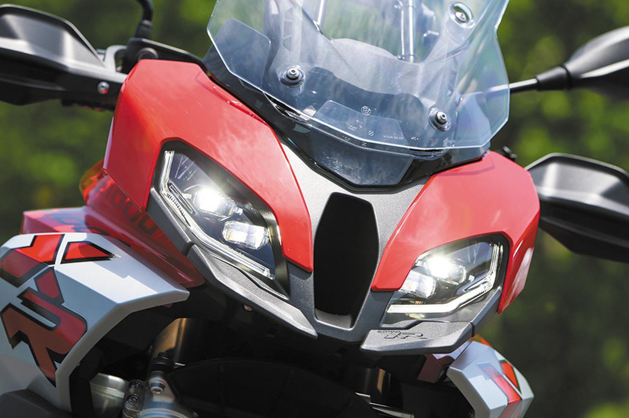 画像: ヘッドライトなど灯火類はフルLED。コーナーリング時に自動的に進行方向を照らすアダプティブ・コーナーリング・ライトはプレミアムグレードで標準だ。