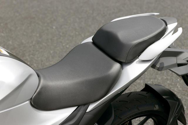 画像: 前後別体のセパレート式シートを採用。前後ともクッションは厚めで、座り心地も上々。左右には大型グラブバーも備える。
