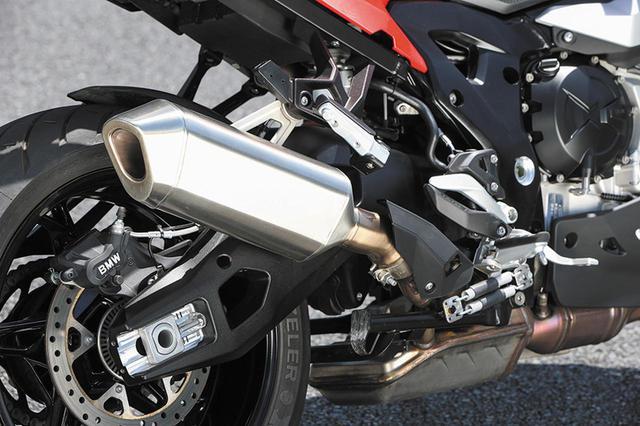 画像: エンジン斜め後ろにあるチャンバーによってサイレンサーのコンパクト化を実現。リアブレーキはφ265㎜ローターに片押しキャリパー。
