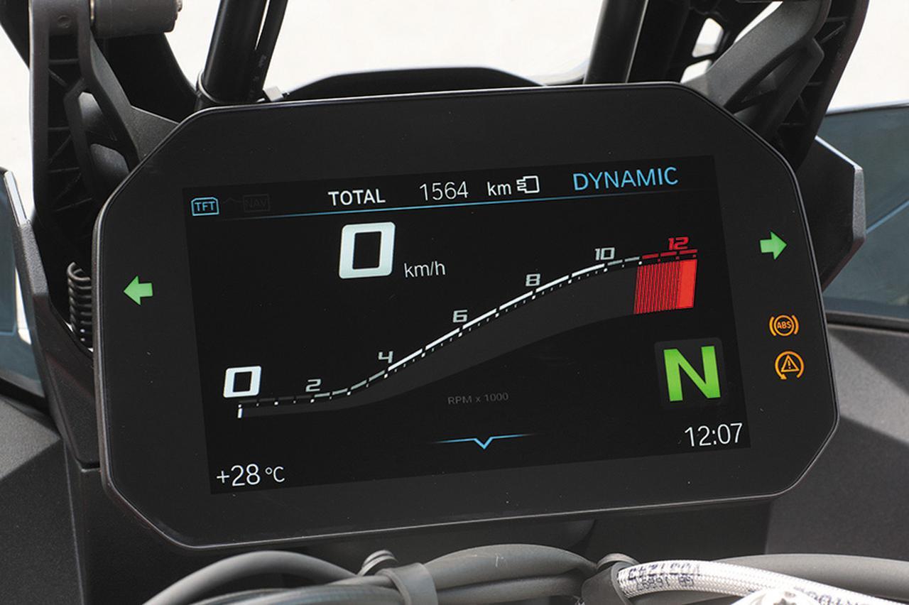 画像: メーターは6.5インチTFTカラー液晶モニター。画面表示を用途や状況により変更でき、装備のセットアップやモード変更などにも活用できる。