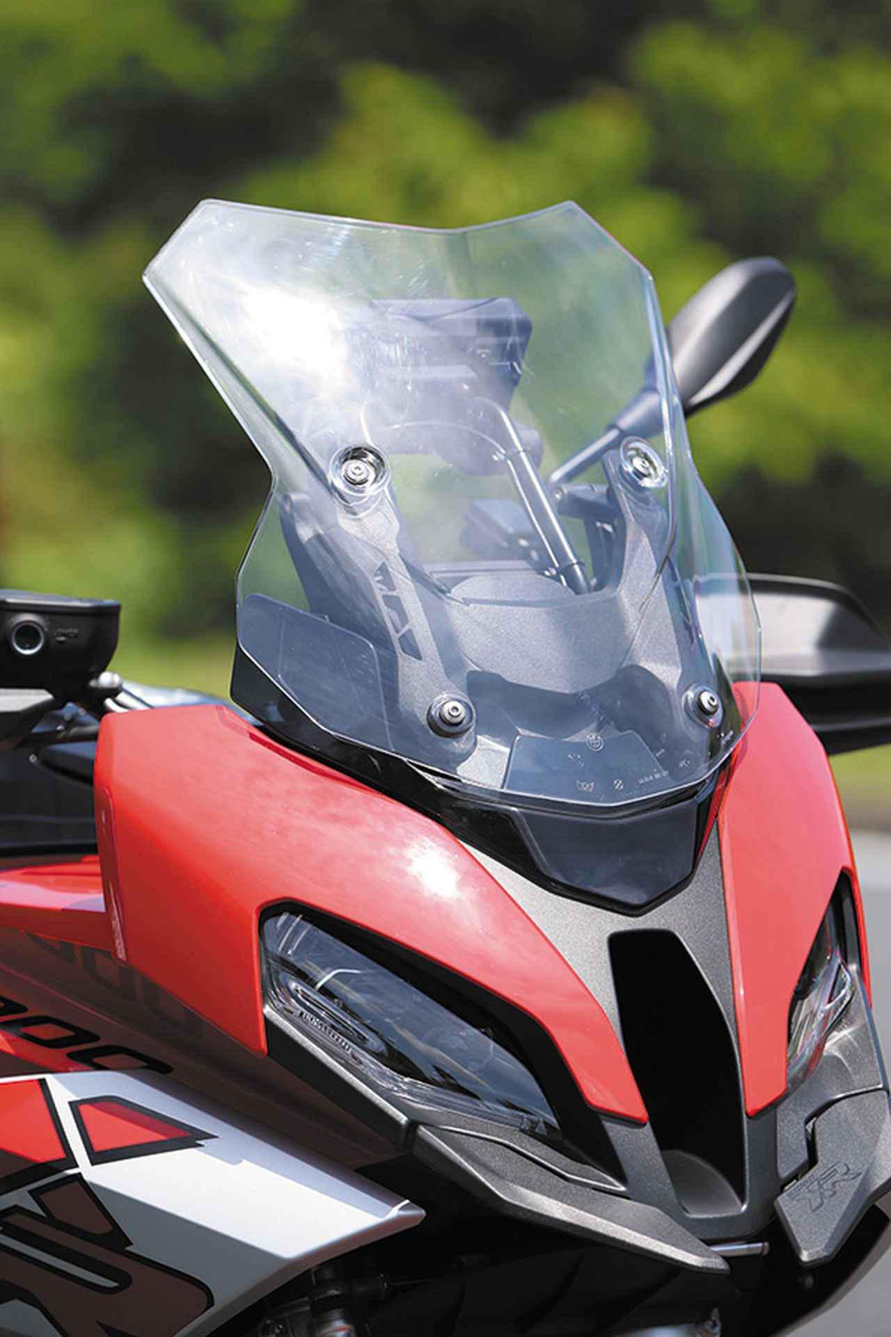 画像: ライダーを走行風からプロテクトするスクリーンはレバー操作で2段階に高さを変えられて、好みや状況に合わせて防風効果を調整可能だ。