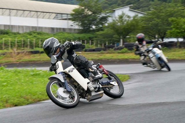 画像: 雨でもSUPER CUB90でツーリング。カブレースの練習走行を見にいくのだ。〈若林浩志のスーパー・カブカブ・ダイアリーズ Vol.21〉 - webオートバイ