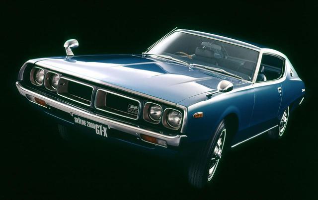 """画像: 1972年9月に市販開始された4代目スカイライン、通称""""ケンメリ""""。(写真は2ドアハードトップだが)4ドアセダンは""""ヨンメリ""""と呼ばれることもある。"""