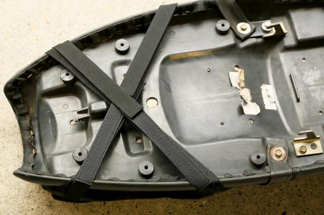 画像: クロスに留めましたが平行に留めるのもシートの形状によってはありでしょう。マジックテープが届かなかった場合に使う延長ベルトも同梱されています。