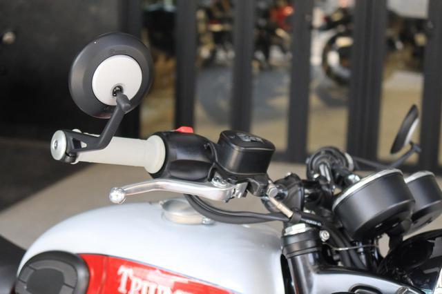 画像: バーエンドミラーを標準装備。白いグリップもおしゃれ。