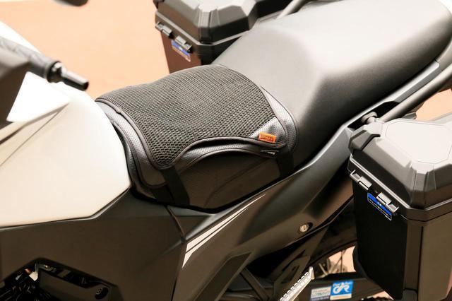 画像: 「ヴェルシスX 250 ツアラー」に装着。 マジックテープのベルトは、延長ベルトも同梱されています。ビッグスクーターなどシートが巨大なバイク以外ならだいたい装着できそう。