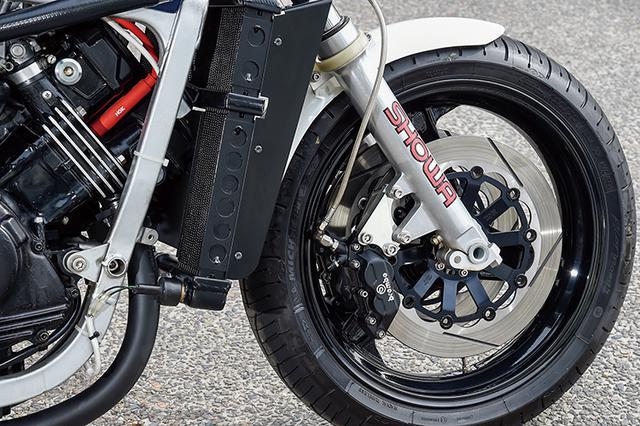 画像: フロントフォークはSC30用のφ43mmで、ブレーキはブレンボ4Pキャリパー+サンスター・カスタムディスクのインナーは特注ブラック。