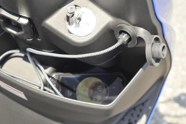 画像: フロントラックの上にはUSB電源ソケットを標準装備。スマホの充電など簡単に行なえるのもスウィッシュの魅力です!