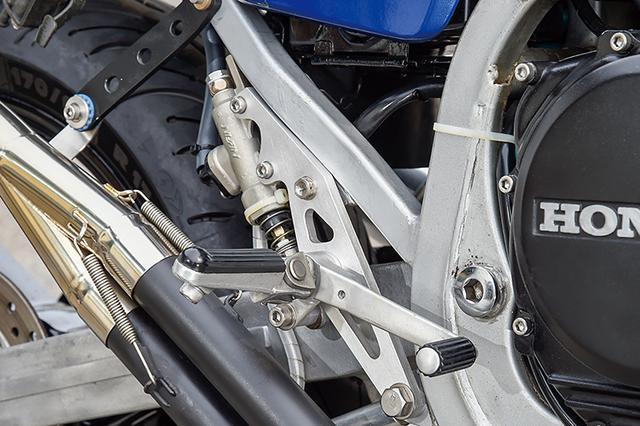 画像: ベースプレートを角型スチールフレームとツライチに収めるようにしてホールド性を高めたステップも、現車を再現した形状にした。