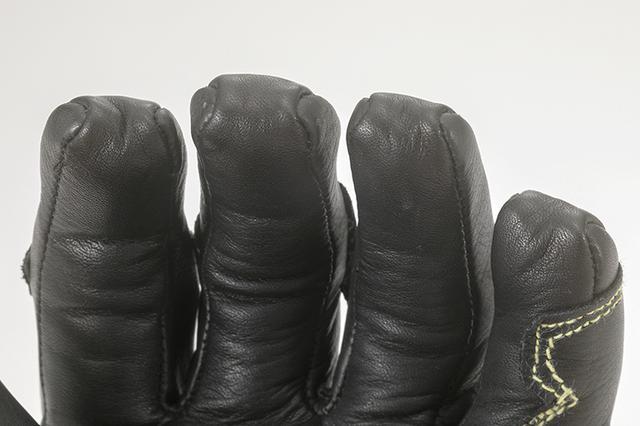 画像: 指先部も操作時に爪がひっかからないように工夫された袋型の縫製。違和感ない操作性へのこだわりが表れる部分。