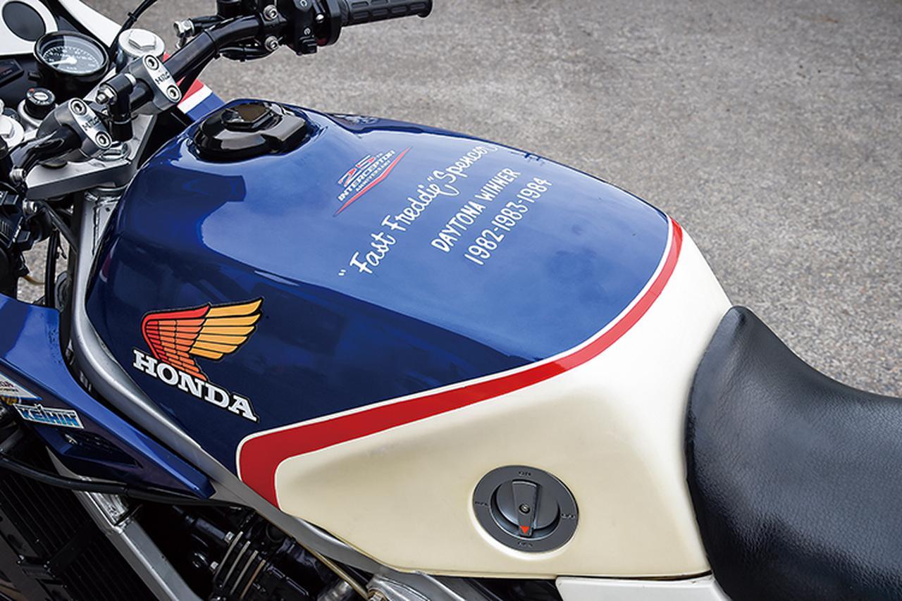 画像: タンク上にはスペンサーが'82~'84年のAMAスーパーバイク開幕戦・デイトナ100(デイトナ200は'84年まではTTF-1規定の別レースだった)を3連覇(その後'85年まで4連覇。'82年CB750F、'83~'85年VF750F)した記念のフリーハンドレタリングもレプリカされる。