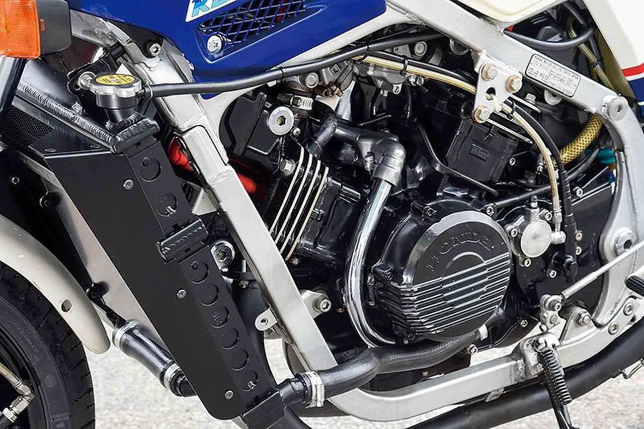 画像: 鈴木さんが「むき出しの状態もいい」と話すエンジンは90度V4/748ccのノーマル、ダブルクレードルのフレームも同様だ。排気系は集合部までが鉄、そこからテールパイプがステンレス、サイレンサーがアルミで左右出しという凝った作りで、スペンサー車仕様としているのだ。