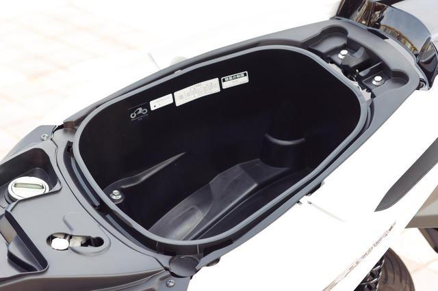 画像: シート下ラゲッジスペースの容量は約23.5L。ヘルメットがひとつ収納可能(ものによっては入りません)。