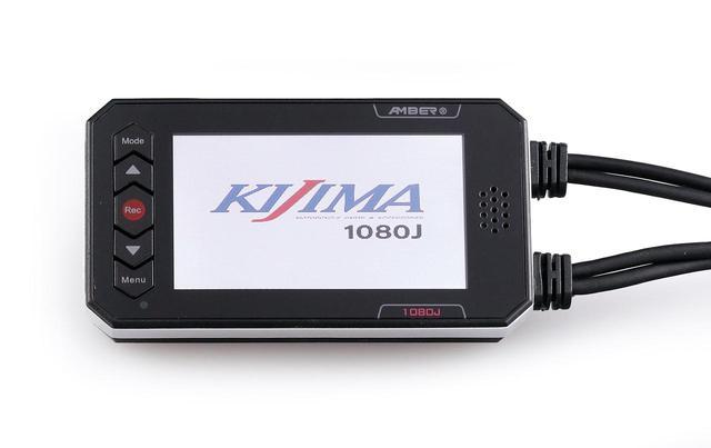 画像: レコーダー/モニター部は90㎜×49㎜×17㎜で重量約40g。アクセサリー電源に接続すれば、メインスイッチのオン/オフに連動して自動的に録画を開始/終了する。完全防水ではないが、保護用のシリコンカバーも付属する。