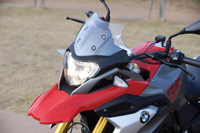 画像: クチバシ状のフロントフェンダーが目立つ、GSシリーズらしい個性的なフロントマスク。ヘッドライトはオーソドックスなH4バルブを使用。