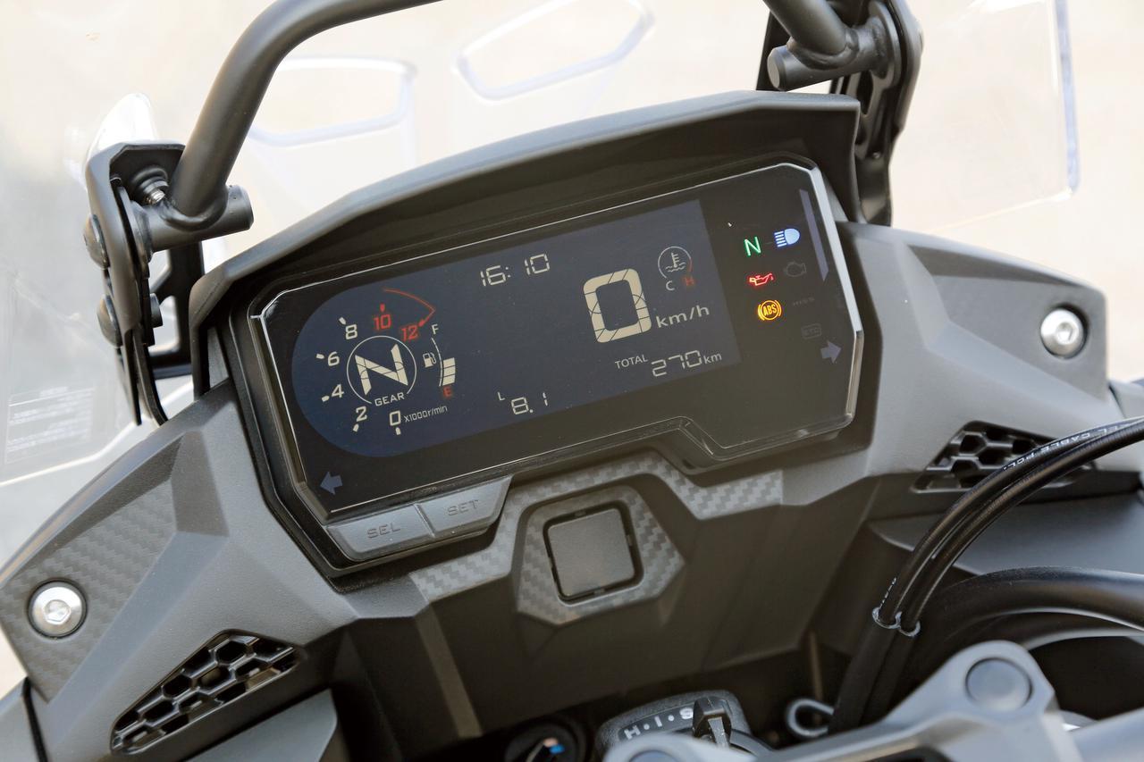 画像: 速度計、回転計や距離計などの基本機能に加え、燃料計や時計、燃費、ギアポジションなど多彩な情報を分かりやすく表示する液晶メーター。