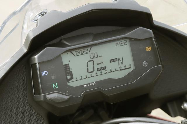 画像: デジタル表示の速度計、バーグラフ式の回転計を中心に、さまざまな表示をシンプルで視認性に優れるデザインでまとめたフル液晶メーター。