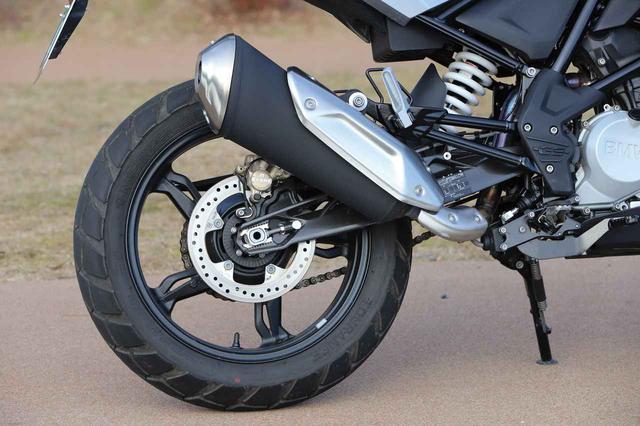 画像: リアサスのストロークは180㎜を確保してアドベンチャーらしい走りに対応させている。スイングアームはネイキッドモデルのG310Rと共通なものが装着されている。