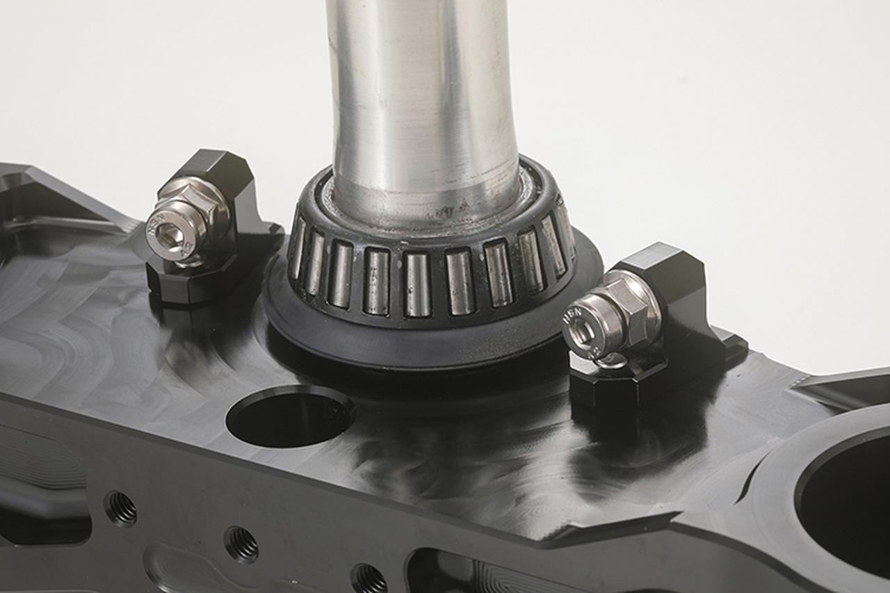 画像: 上下に組まれるステムベアリングは定番のテーパーローラータイプを採用。ハンドルストッパーは調整式となっている。