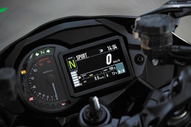 画像: TFT液晶を採用したメーター。走行状況、ブースト圧やブレーキ圧をリアルタイム表示。