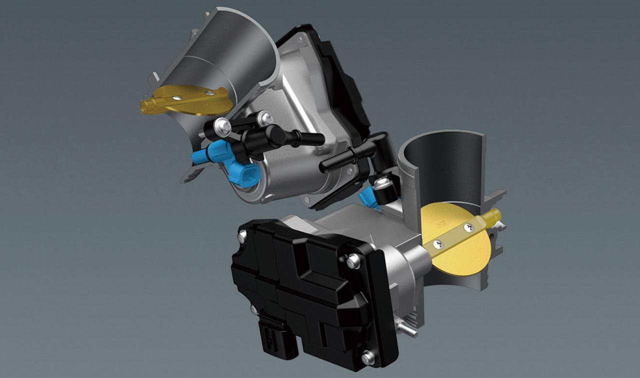 画像: 従来型よりボアを4㎜拡大した49㎜径の電子制御スロットルを採用。前後シリンダーには独立したスロットルボディを備えている。