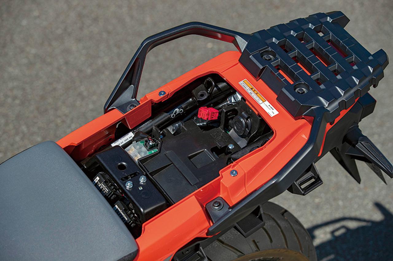 画像: XTはシート下にもアクセサリー用のDC12Vソケットを標準装備。グラブバーとリアキャリアは大型のものを採用している。
