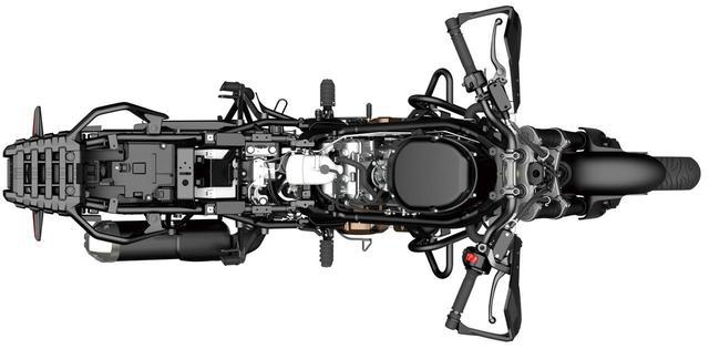 画像: Vツインエンジンならではの車体のスリムさが見て取れるアングル。車格は大きいが、取り回しに優れる理由はここにもある。
