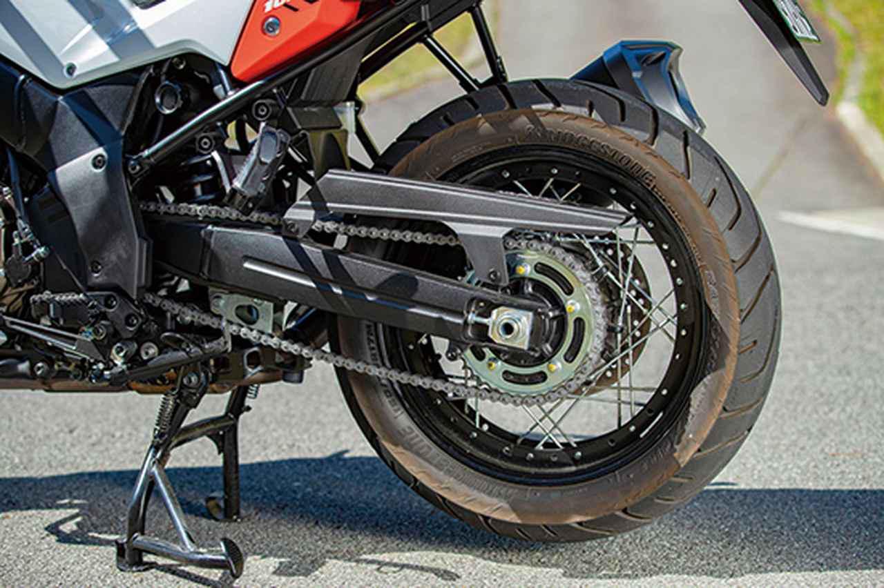 画像: リアホイールもアルミワイヤースポーク。装着タイヤはBSのA41で、リアブレーキ径は260㎜ディスクを採用する。