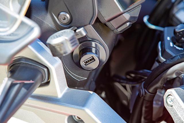 画像: アクセサリーを装着する際に最も利便性がいい場所、ということで、USB充電ソケットはメーター下の左側に設置されている。
