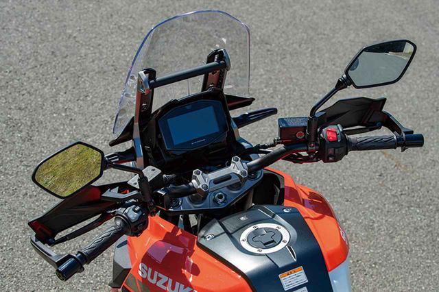 画像: テーパーハンドルバーを標準装備。アップライトな、人間工学に基づいたリラックスしたポジション設定で長距離走行も快適にこなす。