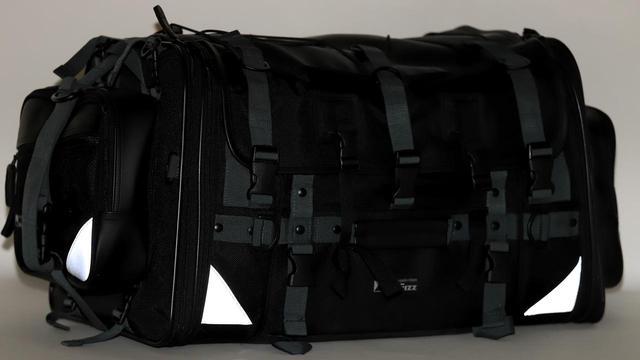 画像: ちなみに、バッグの後部には高輝度リフレクターが付いているため、夜間も安心。