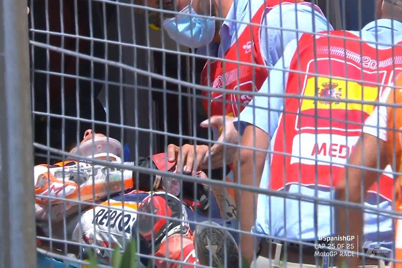 画像: レース終了ごろには、首、右腕を固定されて担架に乗せられるマルケス