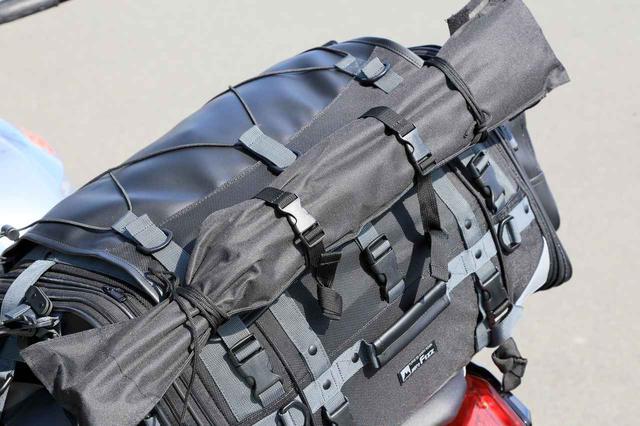 画像: バッグの横幅以上のものを留めるのに役立ちます。これは焚き火台。