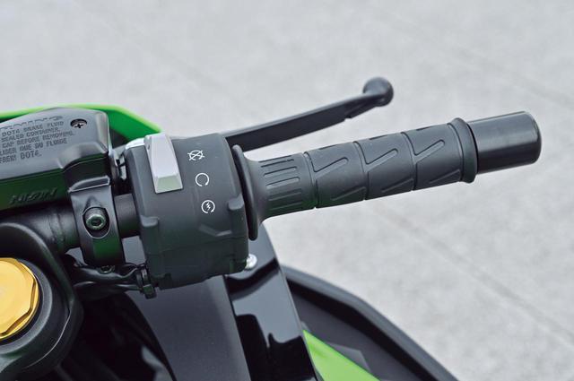画像: キルスイッチとセルスイッチが兼用となったスイッチボックス。ブレーキのマスターシリンダーはリザーバータンク一体型。